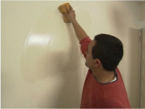 Làm sạch giấy dán tường đúng cách